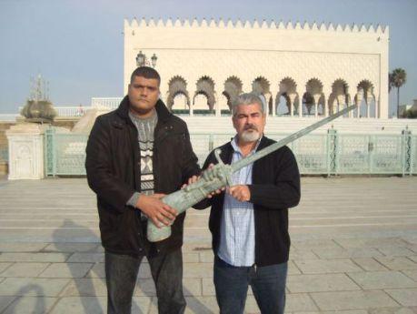 Said Chramti y el senador Yahya Yahya, ante el mausoleo de Mohamed V, en Rabat, en diciembre, con el brazo y la espada de Pedro de Estopiñán.