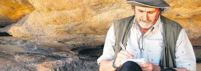 Buruaga toma notas en una cueva donde aparecen pinturas de jirafas, hechas hace menos de 6.000 años, cuando el desierto era un vergel con elefantes y leones. / A. S. de B. B.